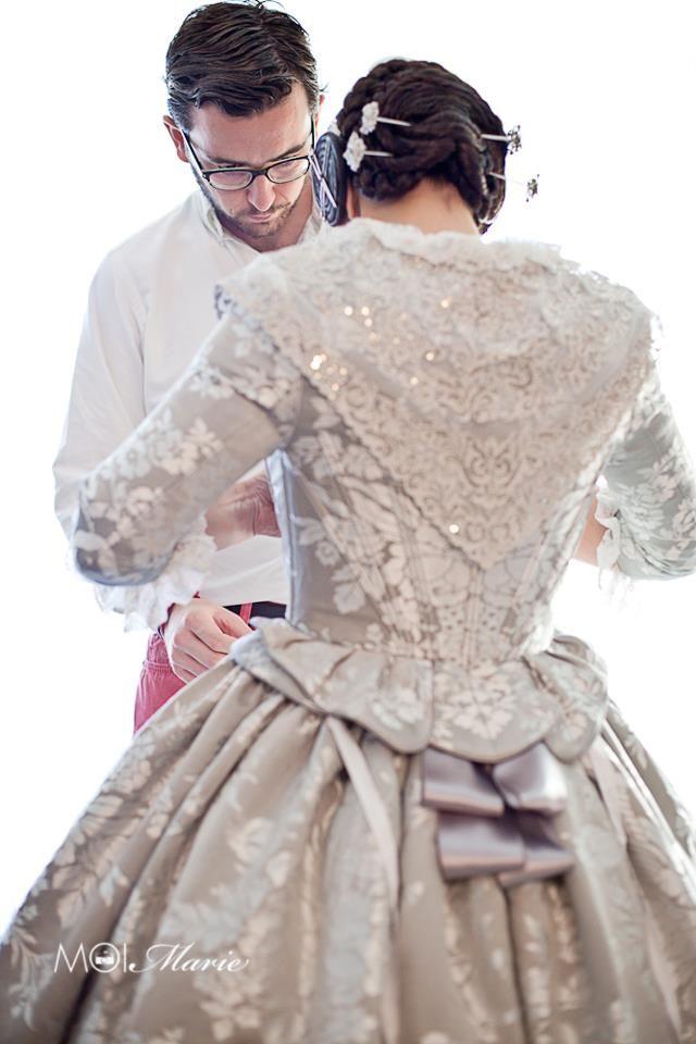 Indumentarista probando un traje de valenciana / fallera siglo XVIII #falla #fallas Falleras. Gris Perla con plata.