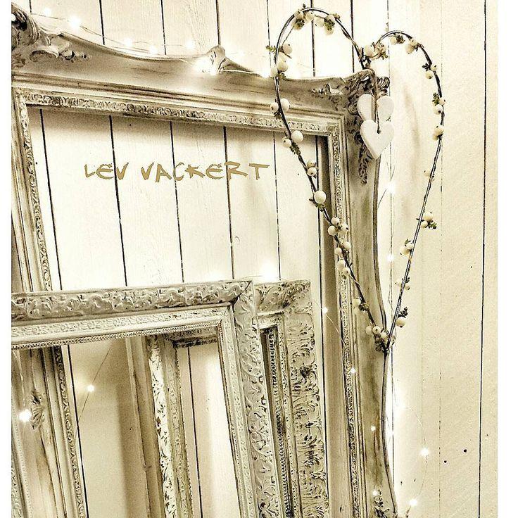 Kvällsbild från butiken #levvackert Har målat en massa gamla fina ramar som ska ingå i den julbutik jag bygger upp. Har just nu extremt mycket att göra men tycker att det är mycket inspirerande och kul att ställa iordning hela detta stora levvackerthus. Huset är på hela 520 kv så när hela huset gungar av jul då är jag nöjd hihi…