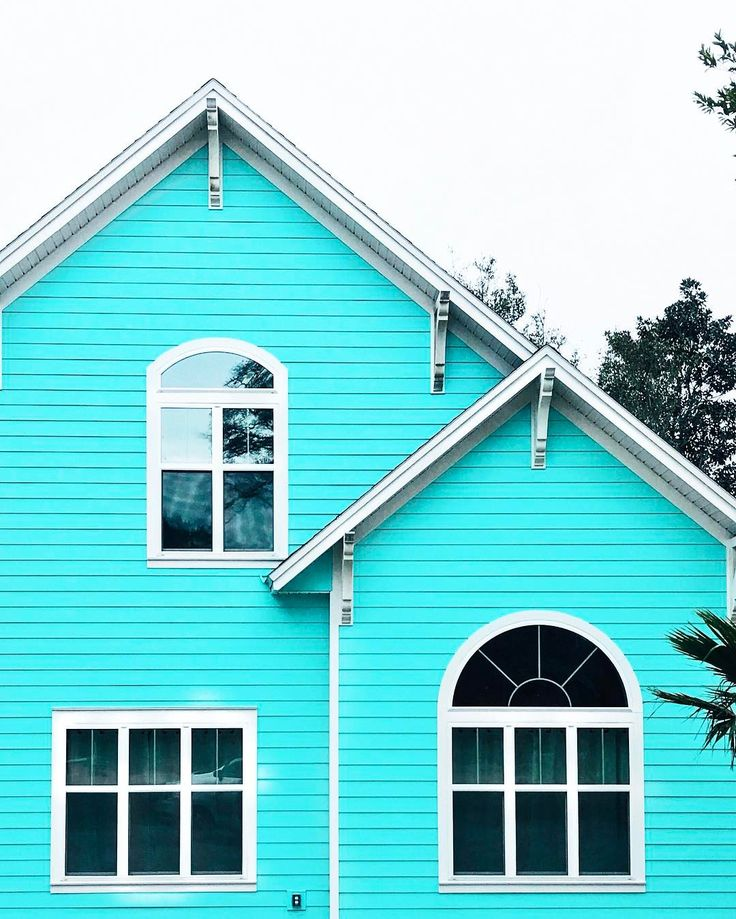 Note to self: find a wooden house, paint it blue and start everyday the bright way! 🏡👨🏼🎨 #MakeYouSmileStyle