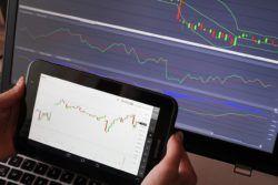 Pokud jste si fundamentální analýzu u binárních opcí redukovali na obchodování vyhlašovaných zpráv, přečtěte si tento článek. Informace ovlivňují trhy dlouhodobě a neustále, vytvářejí tak zvaný sentiment, který může vysvětlit mnoho zdánlivě nelogických cenových pohybů.