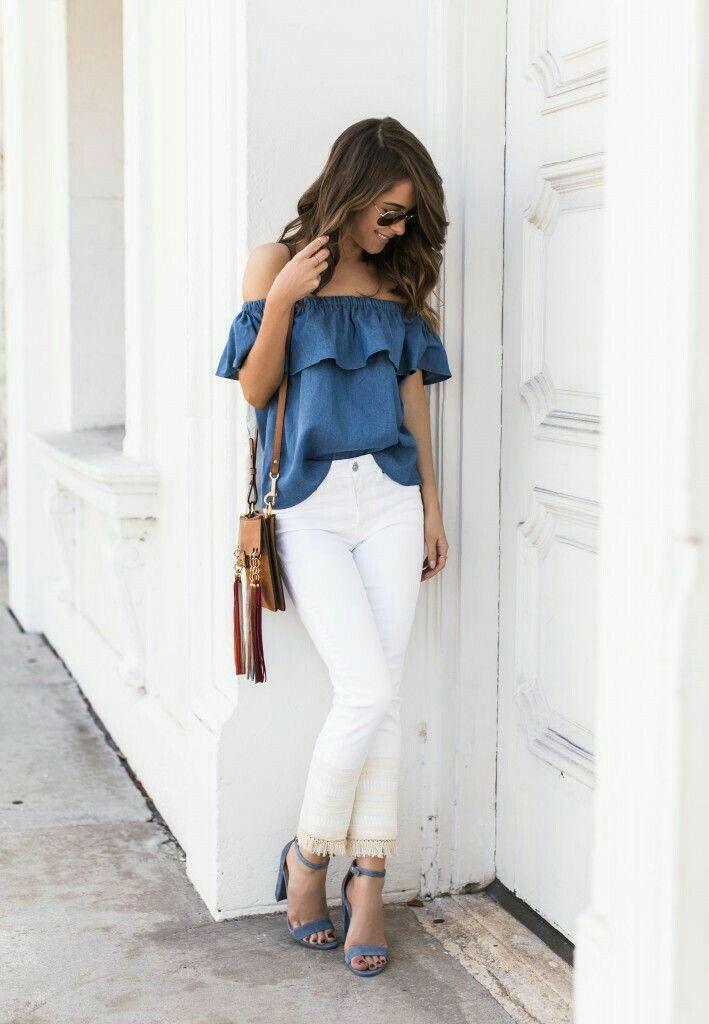 Lente outfit met off-shoulder top in jeans kleur en een witte skinny jeans met franje aan de pijpen.