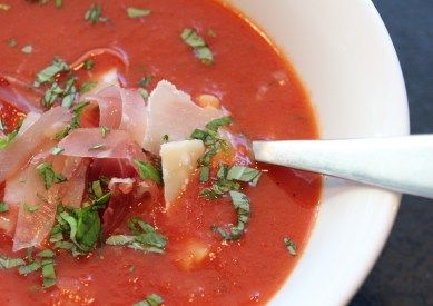 » Tomatsuppe med pasta, skinke og parmesan