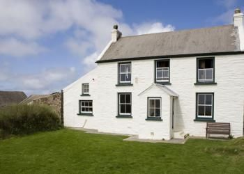 Marloes Sands Hostel |Coastal breaks in a stunning location |YHA | YHA Closest access place to stay if you are not using a car for this trip