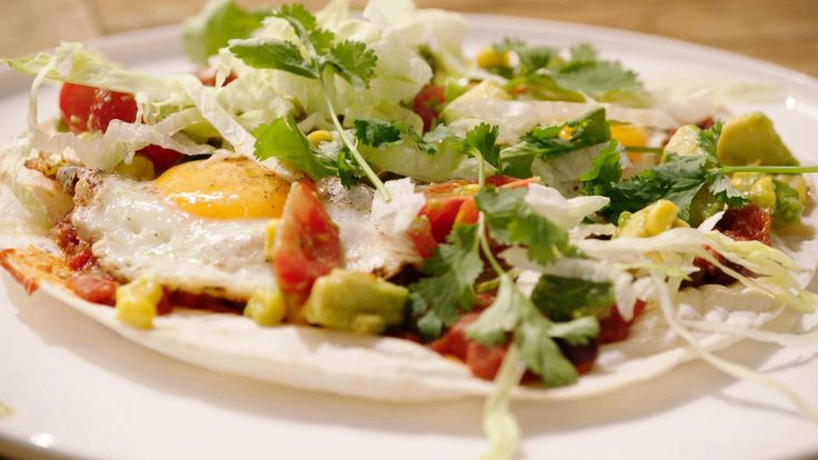Het is paasmaandag dus maken we eieren van de Mexicaanse cowboys of rancheros. Op een tortillavel komt een pittige saus, ijsbergsla, een gebakken ei en wat avocadosalsa. Van een stevig ontbijt gesproken!