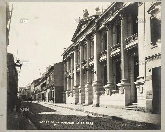 Fachada del Banco de Valparaíso,  calle Prat,  año 1910.   Hoy Banco de Chile                         Autor o Fotog.  Foto Allan                              Fuente:  Fotografía Patrimonial   M.H.N.