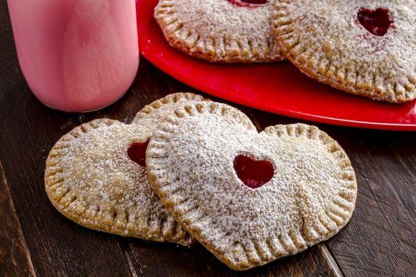 Мини-пироги в виде сердечек с начинкой из сливочного сыра и клубники станут отличным угощением на День святого Валентина.    Ингредиенты  Для теста: мука2.5 стакана сахар1 ст.л. сольщепотка холодное …