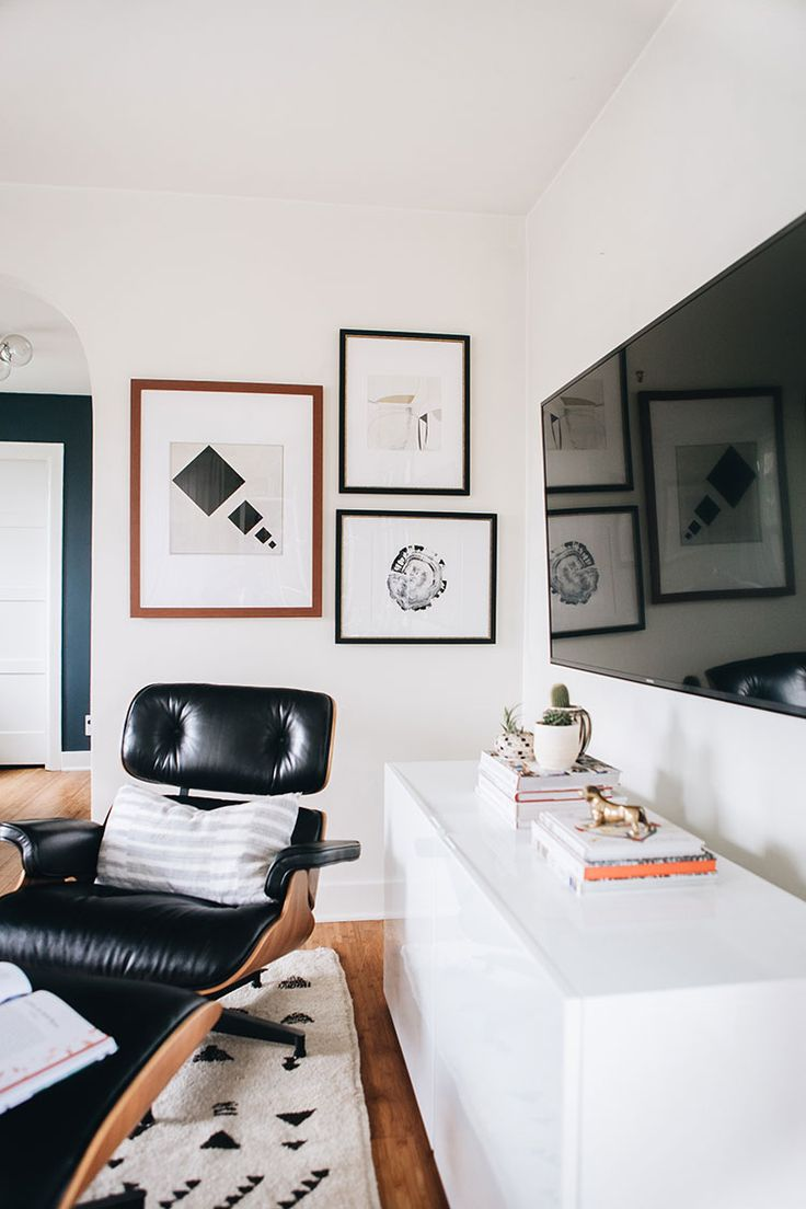 The easiest way to decorate around a big tv: a gallery wall! Learn how to curate a beautiful gallery wall to balance a large television using the Gallery Wall Designer and ArtView™️ feature of the @artdotcom app + enter the giveaway! #ad #LoveYourWall Learn more on jojotastic.com #gallerywall