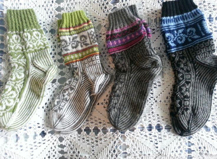 Varme hjemmestrikkede sokker til vinteren.