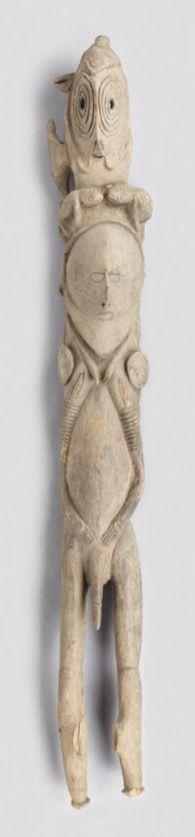 """Le terme utilisé par les Abelam pour désigner leurs sculptures du XXe siècle, """"wapinyan"""" signifie """"les enfants des grandes ignames"""" : (waapi : ignames ; nyaan : fils ou fille). Ces sculptures étaient réalisées pour être utilisées lors des cérémonies d'initiations: sculptées et peintes à l'écart des futurs impétrants, elles étaient ensuite installées dans les différentes """"chambres"""" aménagées à l'intérieur de la maison cérémonielle """"kurambu"""". La question de ces sculptures comme…"""