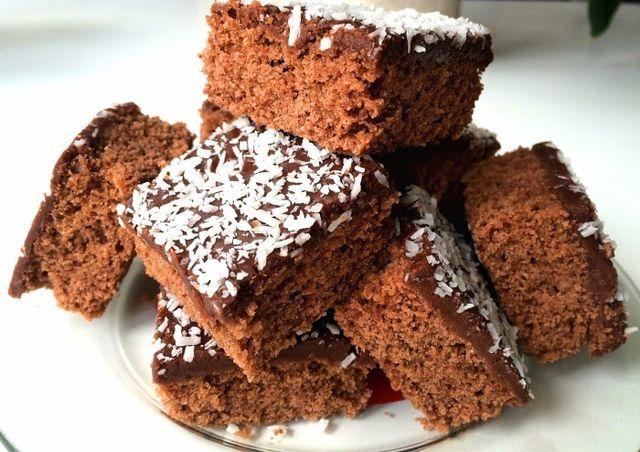Glutenfria kärleksmums (ca 30 st) 150 g smör 2 ägg 3 dl strösocker 1 msk vaniljsocker 2 tsk bakpulver 1 tsk fiberhusk 3 msk kakao 4 1/4 dl glutenfri mjölmix, tex Semper fin mix 1 1/2 dl mjölk Glasyr: