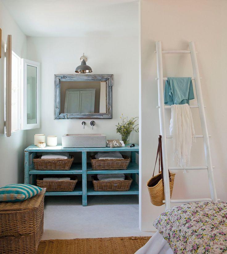Este charmoso chalé, localizado a cinco minutos das praias das Ilhas Baleares, no Mar Mediterrâneo, tem clima rômantico e feminino. Construída nos anos 60, a morada tem apenas 37m², mas apensar da metragem, esta pequena notável abriga uma varanda, sala de estar, cozinha, um quarto e um banheiro.