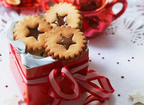 Gâteaux de Noël au caramel (recette facile). Ingrédients pour faire la recette des gâteaux de Noël au caramel : 250 g de farine avec levure incorporée, 1 œuf, 125 g de beurre, 125 g de sucre, 2 pincées de sel, 100 g de caramel mou.