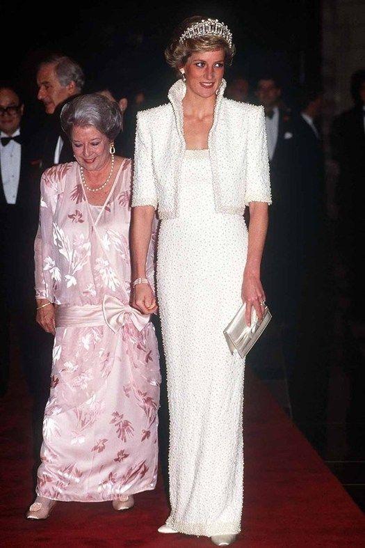 Лучшие образы принцессы Дианы Принцесса Диана в великолепном платье Catherine Walker во время официального визита в Гонконг