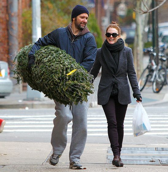 ulianne Moore and hunky hubby Bart Freundlich took their new Christmas tree home to their West Village, NYC home on Dec. 12.
