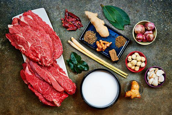 Indonesische Rendang Ingrediënten voor 12 personen 2 kg stoofvlees (rund)Print dit recept 4 stengels citroengras (sereh) 6 – 8 verse salamblad, 'Indonesische laurier' (daun salam) 8 – 10 limoenblaadjes (djeroek poeroet) 2 blikken kokosmelk (2×400 ml)
