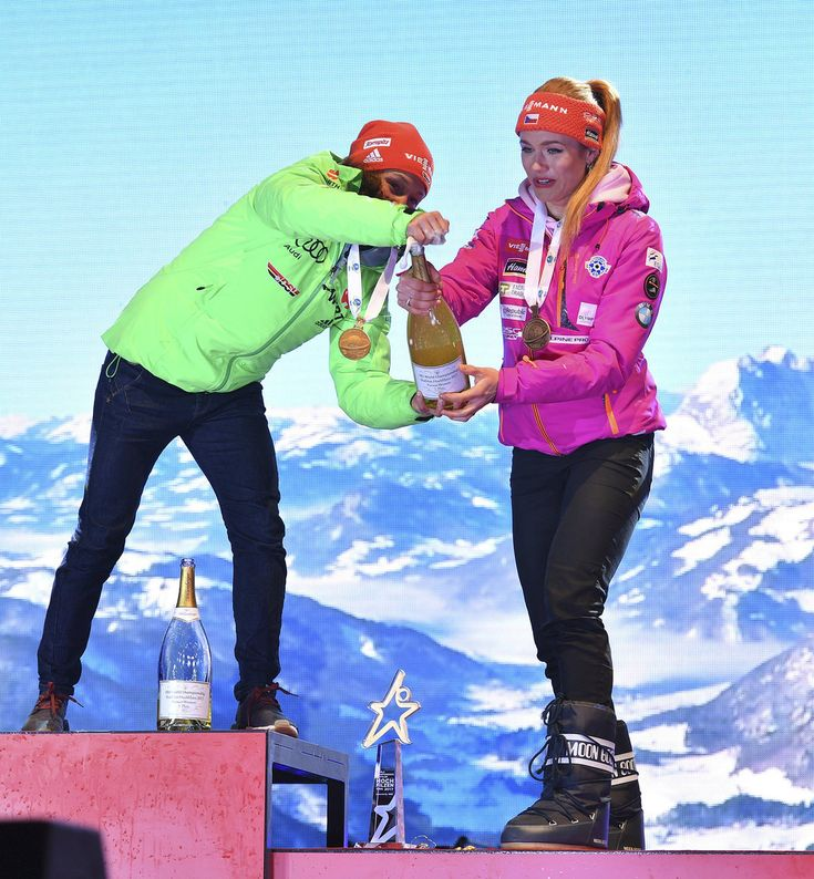 Německá vítězka Laura Dahlmeierová pomohla Gabriele Koukalové se šampaňským