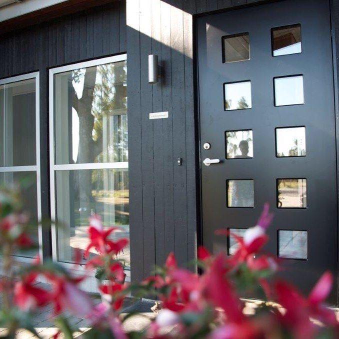Må sikkerhet være kjedelig, eller kan sikkerhet og design kombineres?  #swedoor #swedoorno #semindør #mindrømmedør #endørgjørforskjell #jegelskerdører #square #dør #innerdør #ytterdør #interiør #innredning #inspirasjon #boligunivers #nybygg #renovering #oppussing #nyedører #boligmedstil #nordicliving #dørløsninger #dørunivers