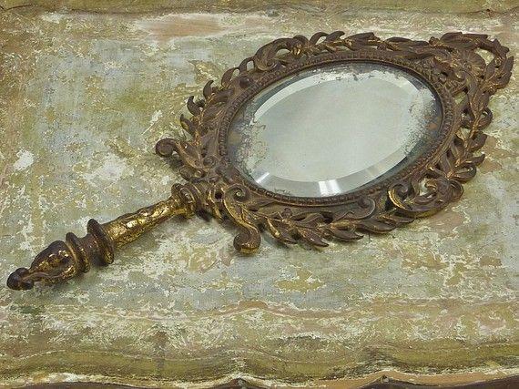 Joku käsipeili, joka on goottityylinen tai vanhanaikaisen näköinen  ($175 Antique Neptune Hand Mirror)