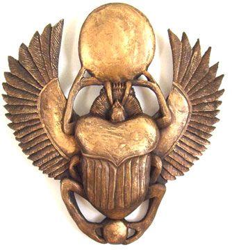 Talisman égyptien en forme de scarabée ailé poussant devant lui le disque solaire, symbole de la transformation et de la renaissance.