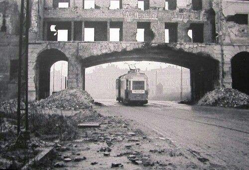 Tramwaj na trasie linii 17, na ulicy Bonifraterskiej. 1946 rok.