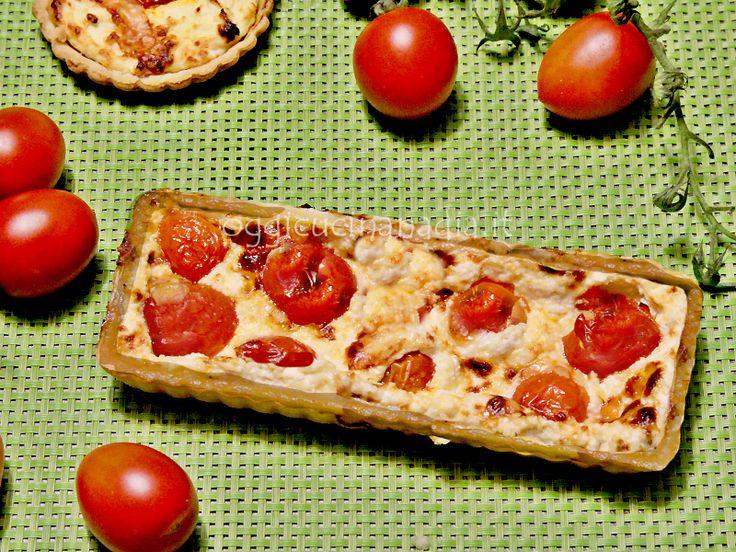 La torta salata con squacquerone e pomodorini caramellati è una deliziosa e fresca torta salata vegetariana con pasta brisè.
