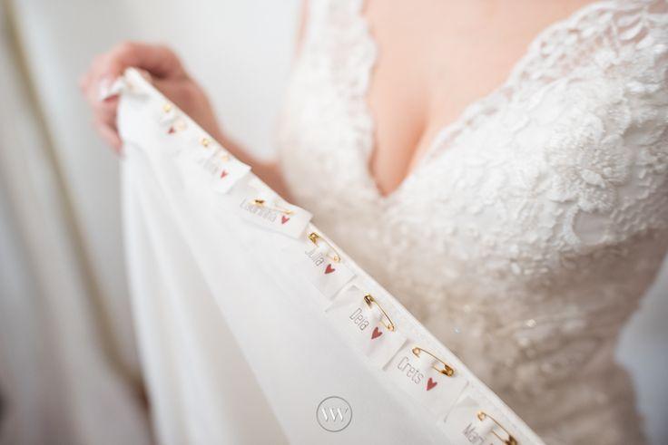 São muitas as maneiras de colocar o nome das amigas solteiras no vestido. Pode ser bordado em uma fita, pregado com alfinetes, escrito no próprio vestido... Qual a sua preferida?   #noivas #casamento #somosvalwander #simpatia #fotografiabh #casarembh #vestidodenoiva #noiva #vestidonoiva