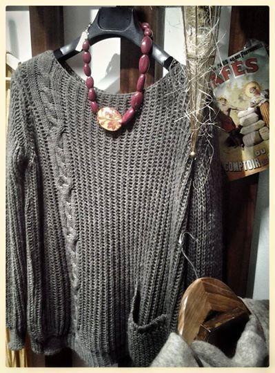 """Maglione """"quadrato"""" in misto lana e mohair. Collana collezione ZSISKA."""