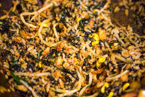 カムジャタンをひと通り食べた後は、残ったスープにご飯とキムチ、海苔などを加えて作るポックンパッ(炒めご飯)でシメるのが恒例。  極上の旨味スープで作る炒めご飯は、どんなにお腹がいっぱいでも思わず手が伸びてしまうおいしさです。
