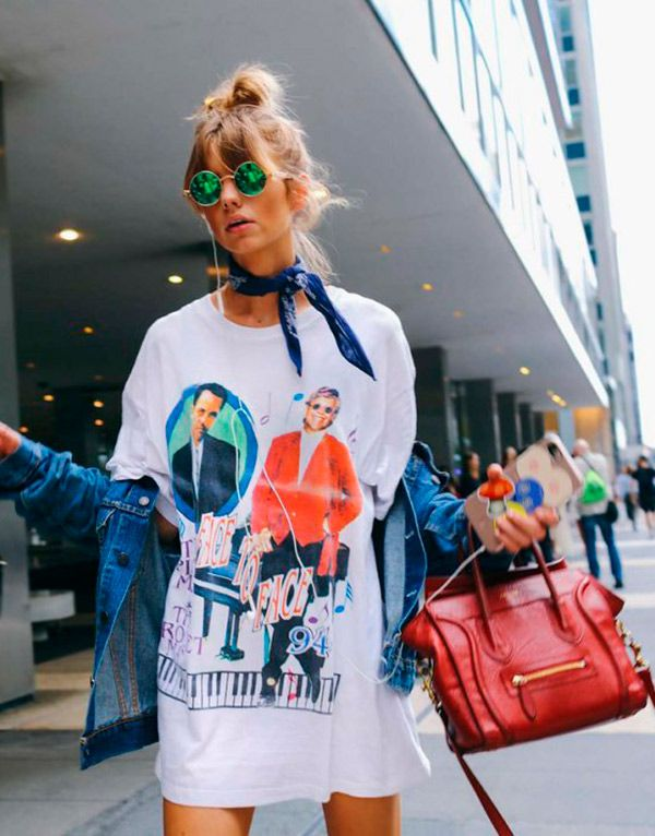 Street style look com bandana e camiseta.