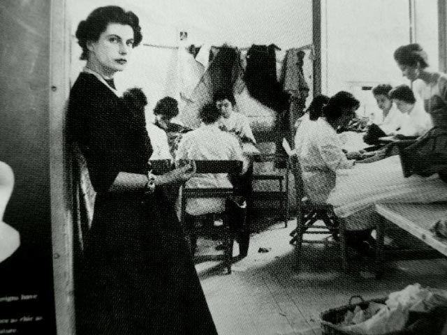 Simonetta (classe 1922) è di famiglia nobile, ama fare gli abiti alle sue bambole. In seconde nozze sposa Alberto Fabiani, figlio di sarti di Tivoli. Ed é subito alta moda. Foto: courtesy of Atelier – Museo della Moda 1900