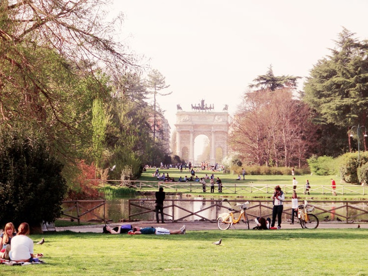 Parco Sempione durante la primavera alle il laghetto con molti personi riposari nel il parco.
