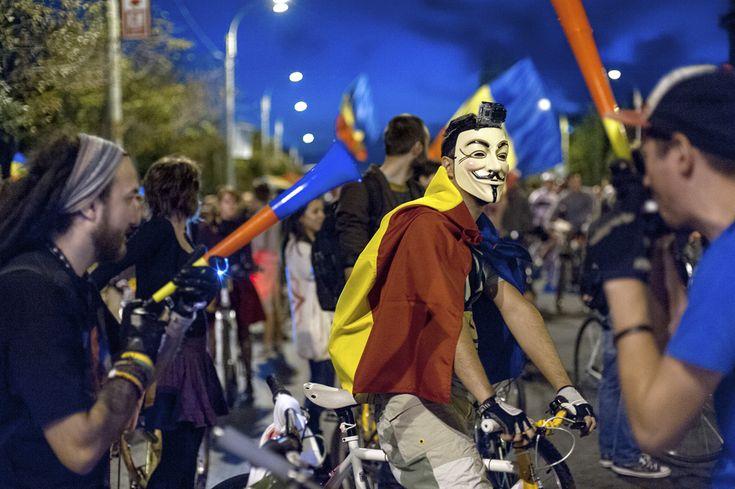 Manifestanţi care se opun proiectului minier de la Roşia Montană demonstrează, în a cincisprezecea zi a protestului, în Bucureşti, duminică, 15 septembrie 2013. (  Tiberiu Crişan / Mediafax Foto  ) - See more at: http://zoom.mediafax.ro/news/protestele-lunii-septembrie-11383258#sthash.esA6UFQJ.dpuf