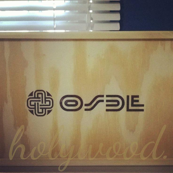 Caja de madera natural con tapa coliza y logo. Para Osde