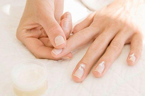 Como tratar as cutículas em casa sem usar alicate? - http://comosefaz.eu/como-tratar-cuticulas-em-casa-sem-usar-alicate/