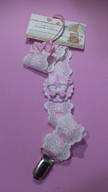 Pinza sujeta chupete. Especial recién nacidos. Elaborada con pasta fimo, tira de bordada y cinta grossgain rosa. Se puede personalizar nombre, color y diseño. Regalos hechos con mimo