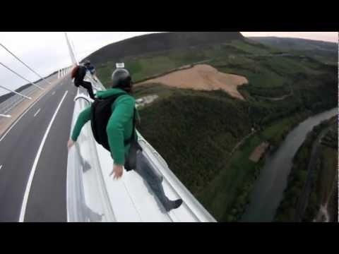 Ils l'ont fait ! Le  grand saut depuis le Viaduc de Millau. On appelle cela un BASE jump.    À 270 mètres au dessus du sol, quatre téméraires se sont filmés plongeant dans le vide, depuis le plus haut pont routier du monde, The Big One comme ils l'appellent.    Trois minutes le cœur bien accroché. L'opération a été minutieusement préparée : bref arrêt au bord de l'autoroute A75, le temps de sortir le matériel, escalader la rambarde du pont et… sauter.
