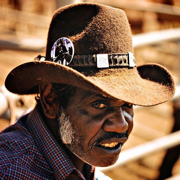 Chaussez vos bottes et coiffez-vous de votre plus beau Stetson, lephotographesuédois Håkan Ludwigson vous emmène dans les ranchs des cow-boys australiens.Pour la série de photos Balls and Bulldust, le photographe et son assistant ont suivi ces hommes et ces femmes dans leur vie de tout les jours, décrivant les conditions ...