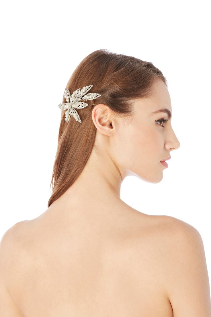Elegantly charming the Belinda Comb is the perfect accessory for finishing an occasional look! Made from a gorgeous selection of pearls and clear rhinestones adorning a silver toned metal flower this hair piece is 10cm/ 4inches.