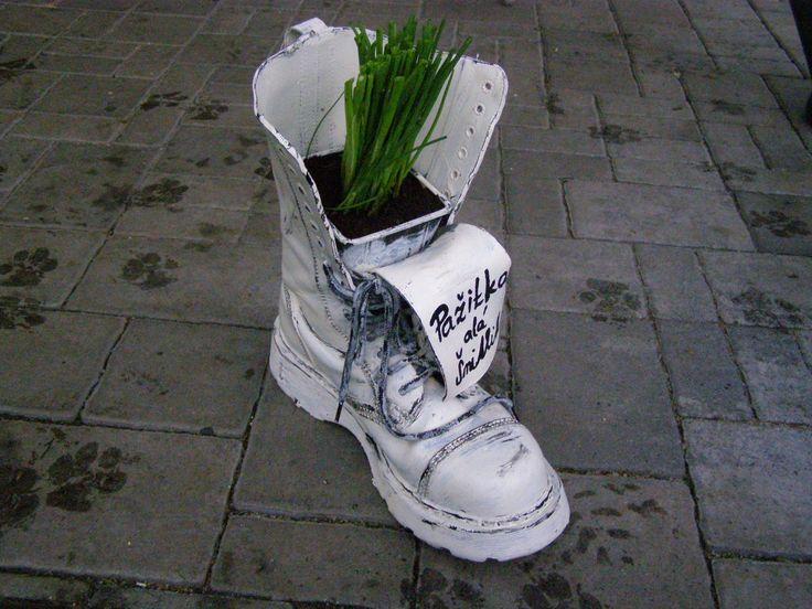 druhá bota je květináč na pažitku