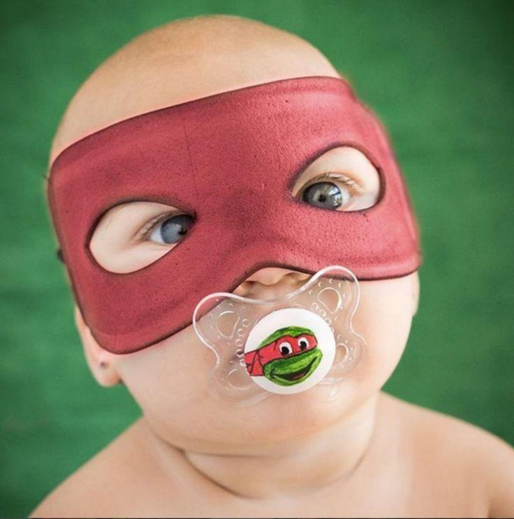 Déguisement de Superman pour bébé : masque rouge et tétine tortue ninja