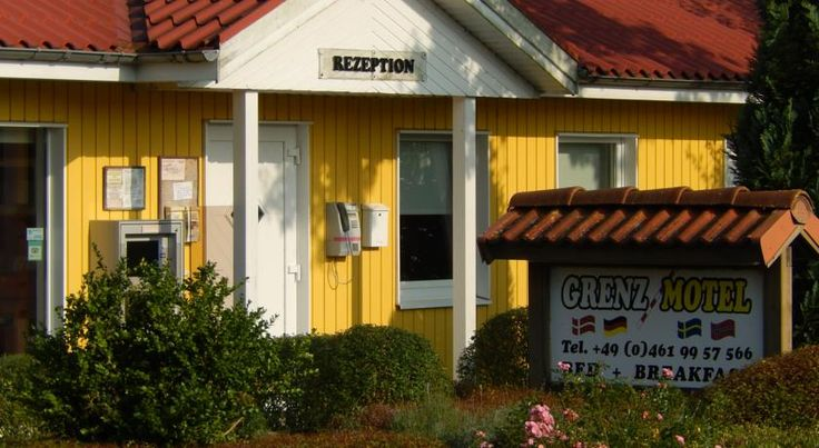 Grenzmotel Flensburg Just a 5-minute drive from central Flensburg and the Flensburg Harbour, this pet-friendly motel in Harrislee boasts cosy Scandinavian design and direct access to the Danish border and the Padborg industrial estate.