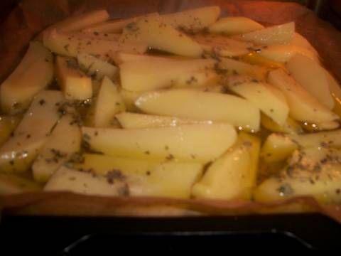 Fabulosa receta para Patatas asadas al limón griegas . Las patatas asadas más ricas y famosas de Grecia, asadas al horno con limón, aceite, orégano... Quedan doraditas y con un sabor delicioso.