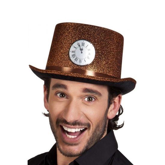 Deze hoge hoed is aan de binnenkant van zwart vilt, 100% polyester, en aan de buitenkant van koperkleurig lurex met glitters. Het klokje is een sticker. Omvang: 59 cm.