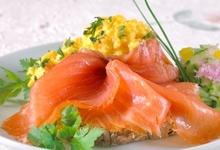 Laks og eggerøre (salmon and scrambled eggs)