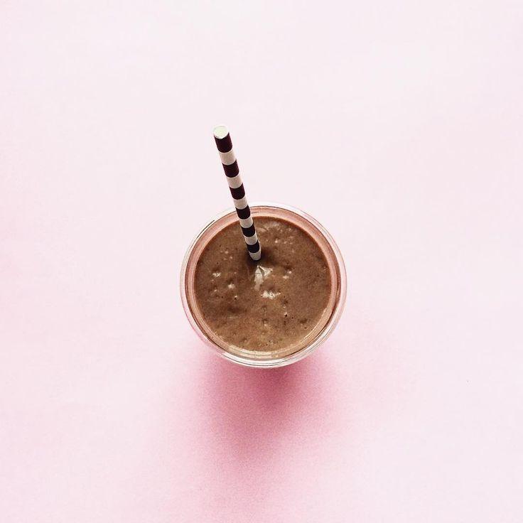Ulubione jesienią - książki, strony, gadżety | One Little Smile dojrzałe awokado, 2 banany, 2 szklanki mleka (tak mniej więcej), 2-3 łyżki kakao i garść świeżej mięty. Czasem dodaję też odrobinę masła orzechowego.