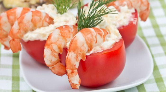 Прекрасная закуска из помидорок черри с креветками готовится легко ипросто и на праздничном столе выглядит очень эффектно.