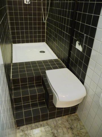 Les WC ont été encastrés dans l'estrade et leur réservoir déporté au niveau de la douche pour gagner de la place. #maisonAPart