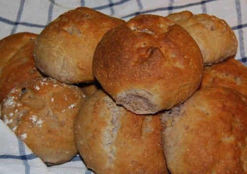 Grove rundstykker med kefir og nøtter   CremaCafe