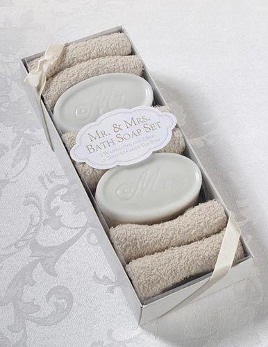 I futuri marito e moglie si innamoreranno di questo regalo! L'elegante set comprende due saponette per lei e per lui dall'inconfondibile fragranza di tè verde e due asciugamani in cotone 30x30 cm.