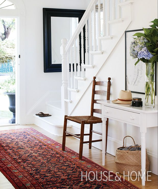 Get a fresh spin on your classic entryway console table! Discover fresh alternatives to popular design trends in our online series, Updated Classics.   Design: Deb Nelson Photo: Janet Kimber